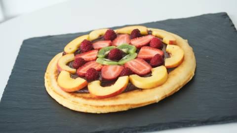 Γλυκιά πίτσα με πραλίνα φουντούκι, κρεμώδες τυρί και φρούτα