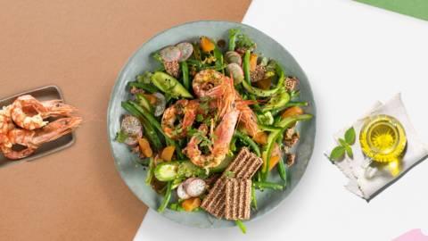 Πράσινη σαλάτα με γαρίδες, παστέλι, αποξηραμένα βερίκοκα και βινεγκρέτ με μέλι