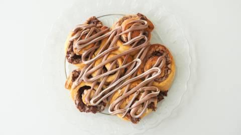 """Σοκολατένια """"Cinnamon Rolls"""" με σοκολάτα γάλακτος, μασκαρπόνε και πραλίνα φουντουκιού"""