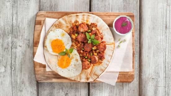 Αυγά μάτια πάνως σε ανοιχτή πίτα με χοιρινό χωριάτικο λουκάνικο
