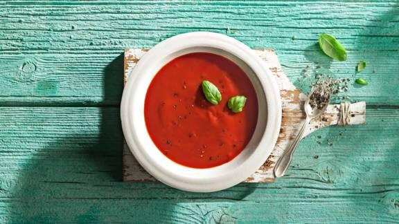 Κρύα τοματόσουπα με βασιλικό