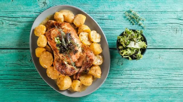 Κοτόπουλο στη γάστρα με πατάτες και θυμάρι