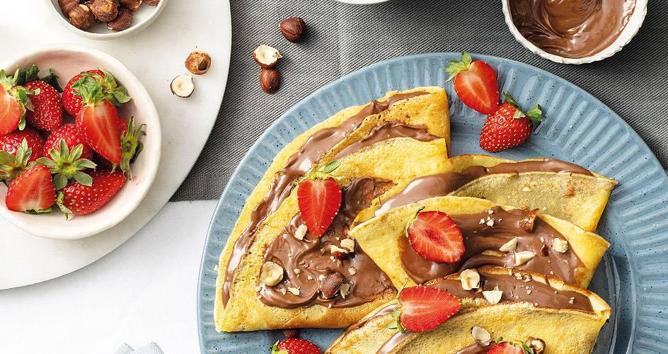 Κρέπες με  πραλίνα σοκολάτας, φουντούκια και φράουλες