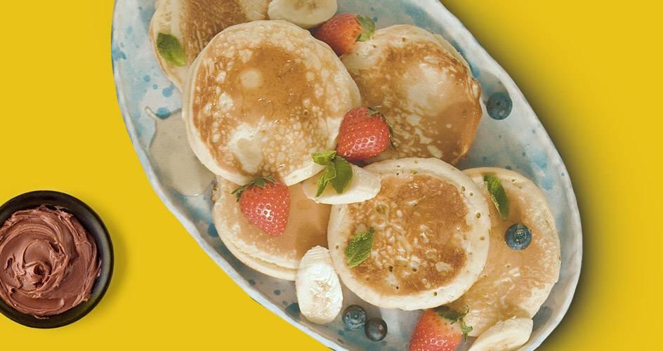 Pancakes με πραλίνα ή μέλι και εποχιακά φρούτα