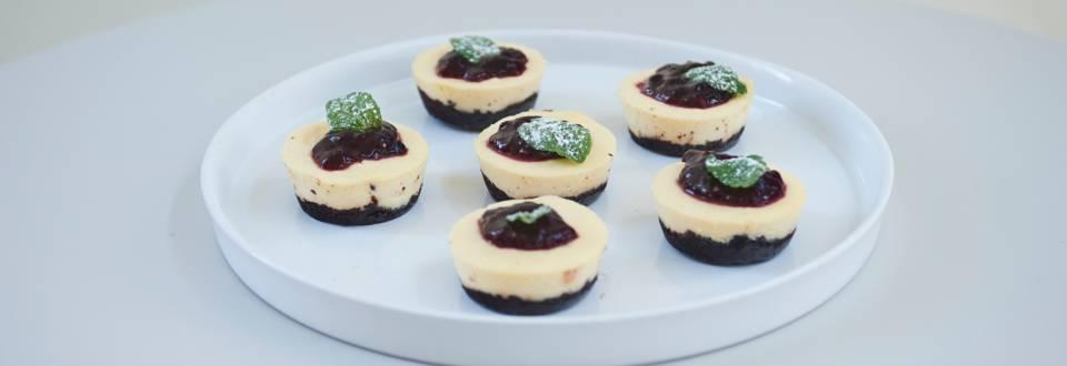 Μίνι ασπρόμαυρα cheesecake φούρνου με λευκή σοκολάτα