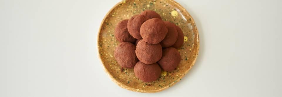 Υγιεινά τρουφάκια από χαρουπόμελο, βρώμη, ξηρούς καρπούς και πορτοκάλι