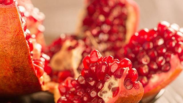 να τόσο νόστιμο φρούτο, που ταιριάζει και σε αμέτρητες συνταγές. Ο Γιάννης Μπουροδήμος μας δείχνει πως να καθαρίζουμε γρήγορα το ρόδι, χωρίς κόπο και χωρίς να λερώσουμε τον χώρο μας.